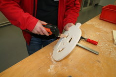 3. Falls das Holz an den Rändern splittert, kurz mit der Hartmetall-Raspel und anschießend mit dem Schleiffinger (Korn 120) schleifen.