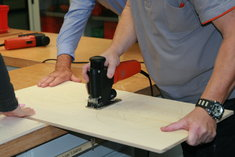 1. Kürbisform aufzeichnen, grob mit der FEIN Stichsäge ASte 638 ausschneiden, dann auch die Umrisse damit sägen.